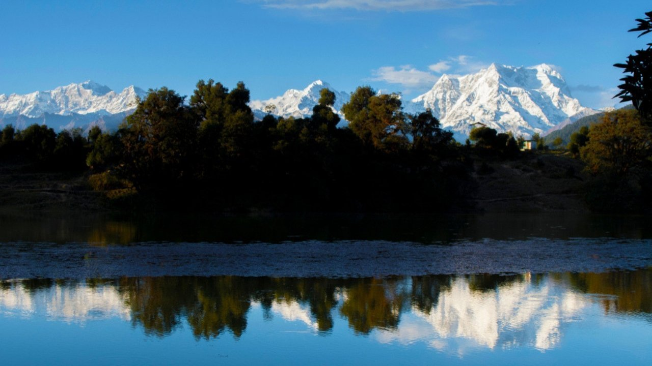 Reflection of Chaukhamba on Deoriatal Lake