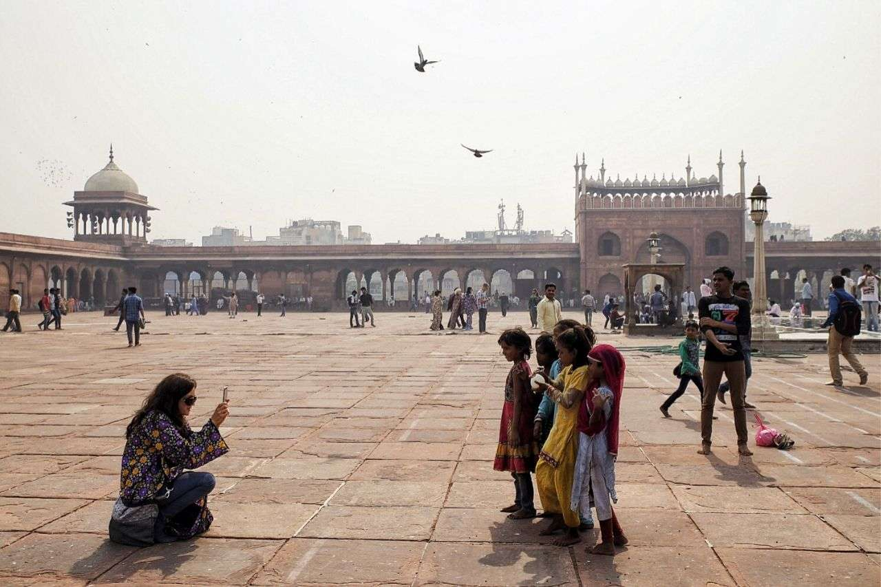 Claudia Tavani taking pictures in Jama Masjid _ India travel experience