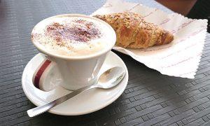 Cornetto e cappuccino - Breakfast from Italy